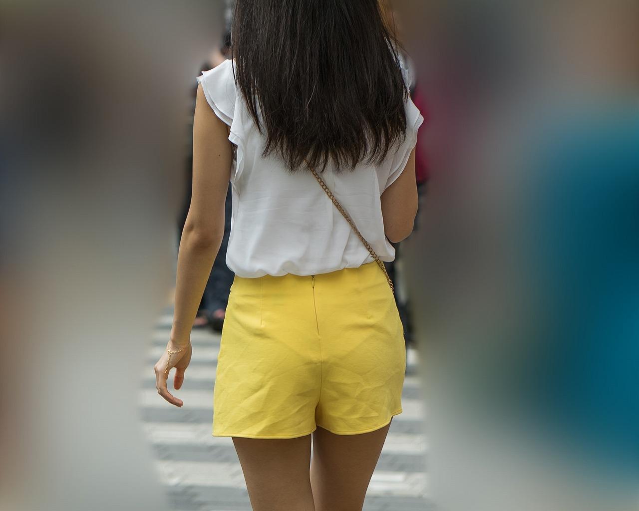 小尻にパンティラインがキュートな黄色ホットパンツのお姉さん!