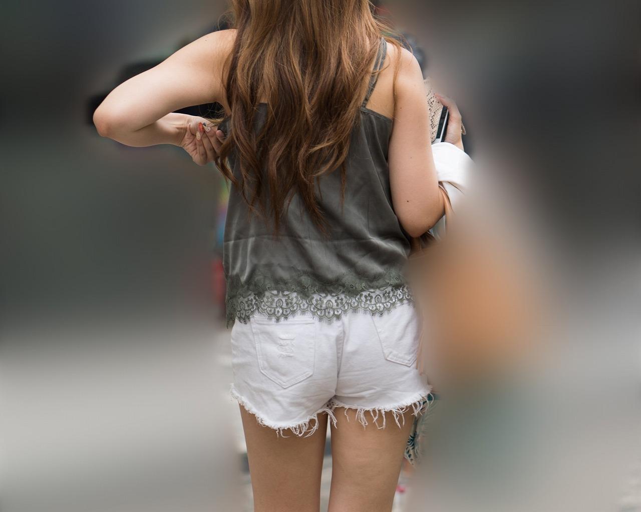 ちょい熟エロバディ!素肌露出多めファッションがエロ過ぎのホットパンツ!