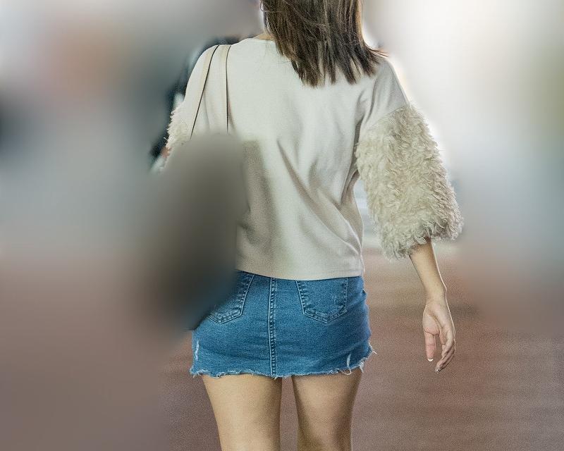 スカート短かっ!デニムのマイクロミニがエロいお嬢さん!