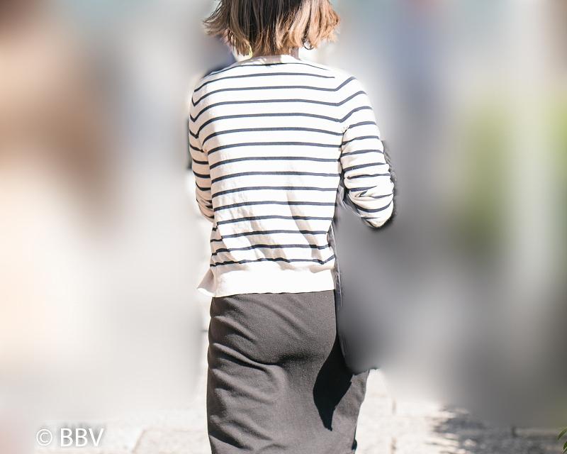 フルバック!のパンティラインを披露してくださるロングスカートの熟女!