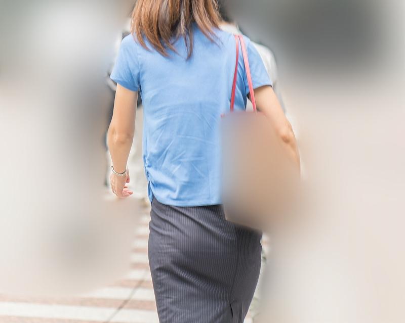 人妻OL!タイトなスカートにパンティラインがたまらないお姉さん!