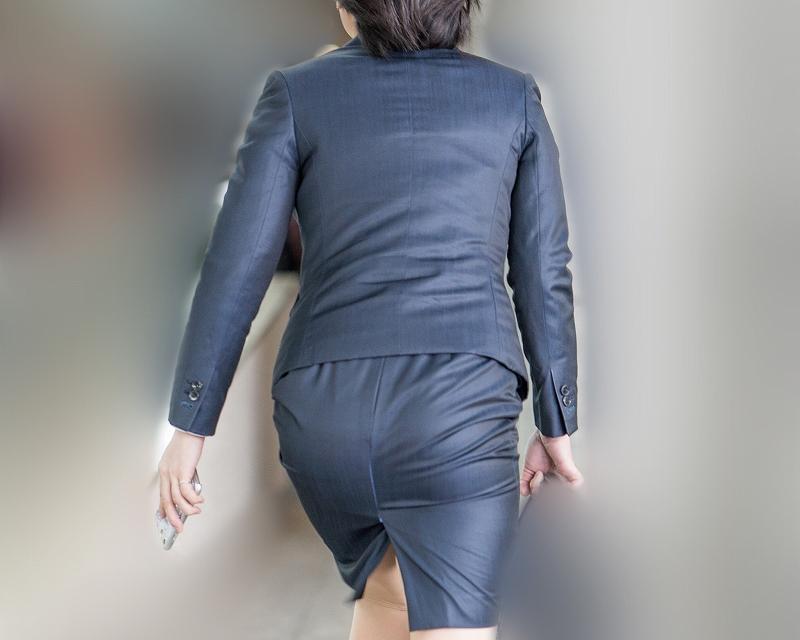 熟女OLスーツ!階段で揺れる熟れたお尻がエロい!