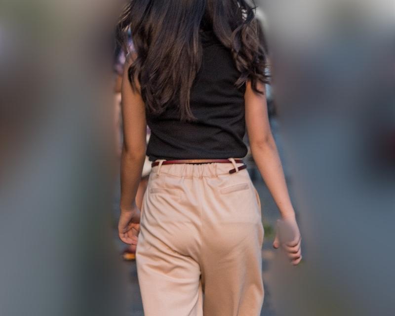 色っぽいね!ベージュのパンツスタイルの夏姿お嬢さん!