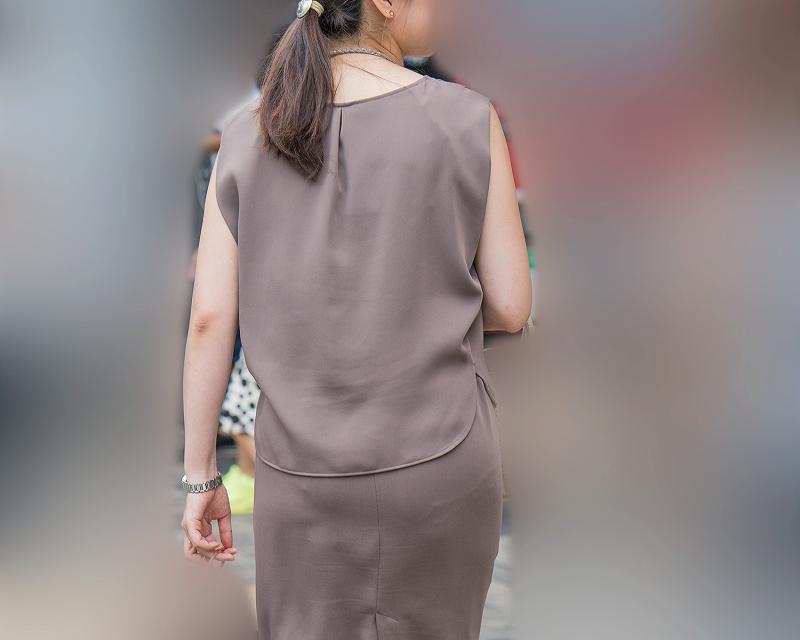 レース飾りのパンティラインがエロい!タイスカのプリケツお姉さん!
