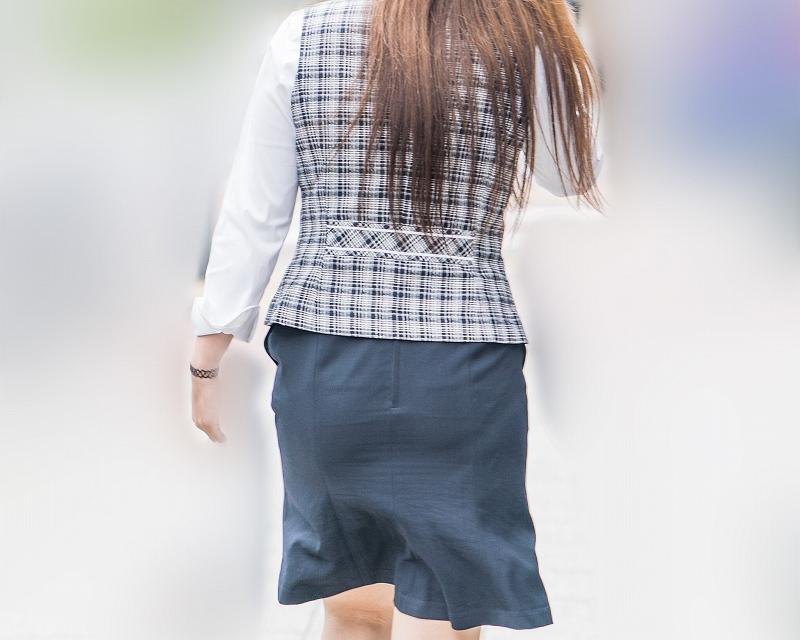 OLさんのエロ尻!タイトスカートにパンティラインが嬉しい制服系OLさん!
