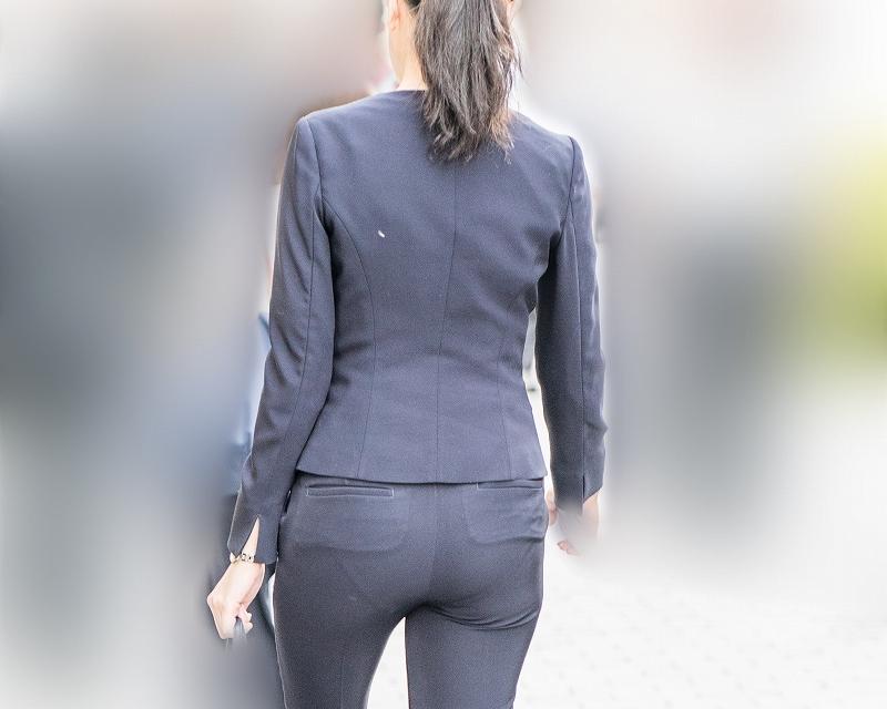 知的な雰囲気のOLさんがパンティライン丸出し!美尻のタイトなパンツスーツがたまらん!