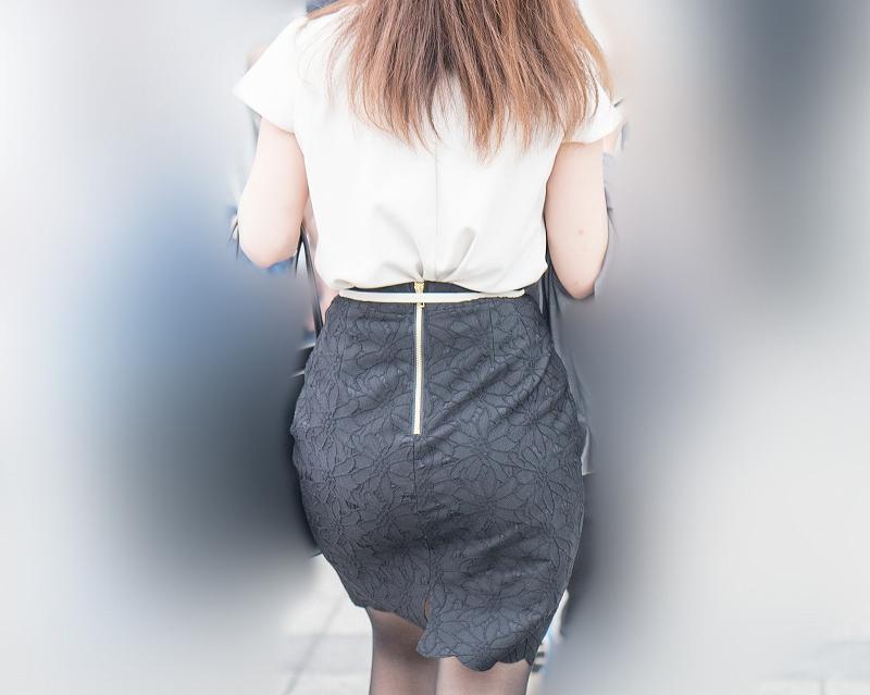 お尻のカタチが良過ぎる!タイトなレーススカートのプリケツ女子!