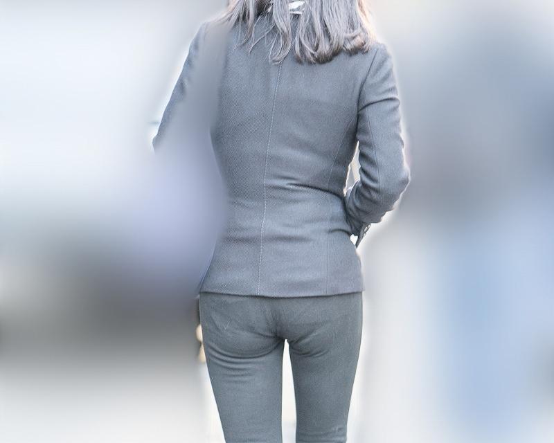 長身スレンダーで小尻のちょい熟さんのタイトなパンツスタイルがかなりエロい!