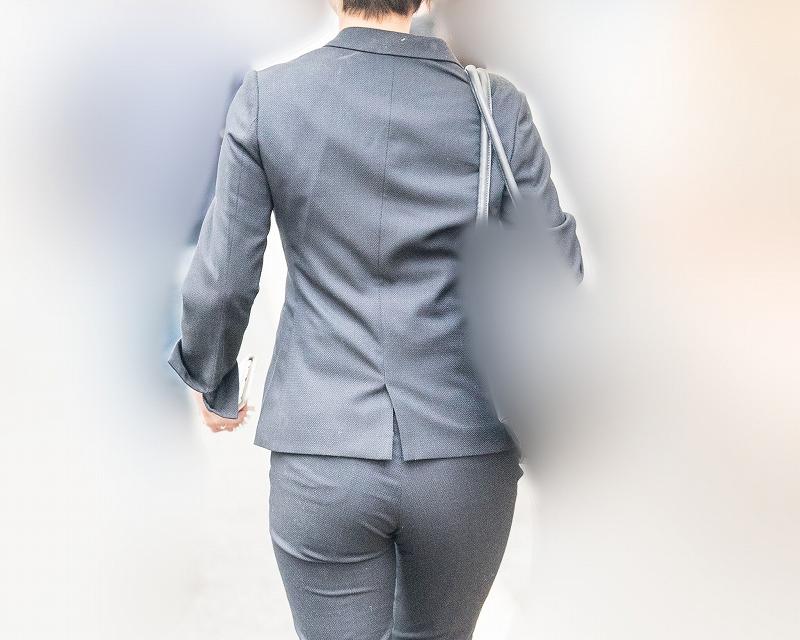 これは美尻!プリプリの大きなお尻がたまらないパンツスーツのOLさん!