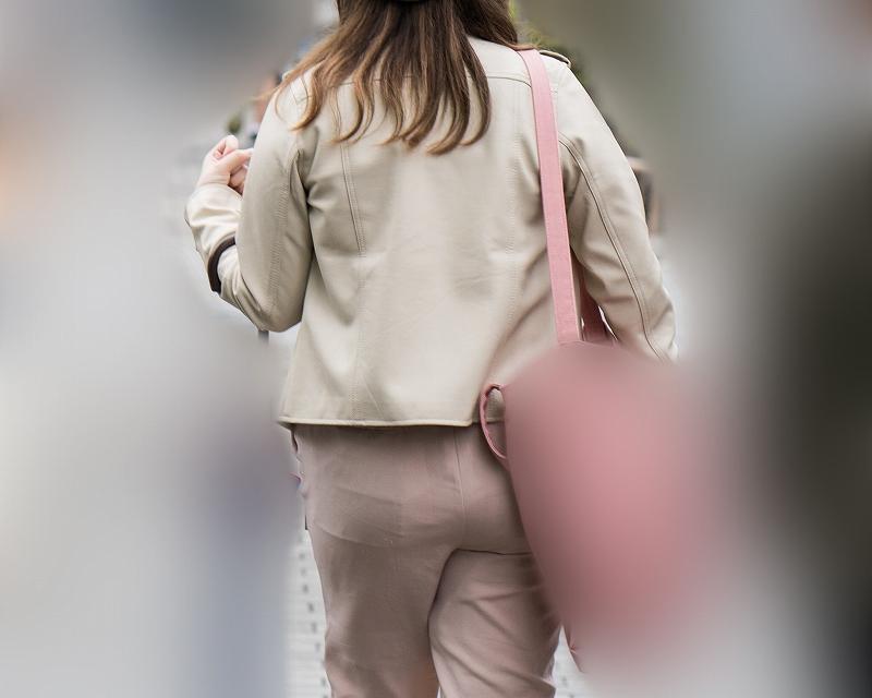 ピンクのユル系パンツだけど、布越しにいいケツなのがわかる女子!
