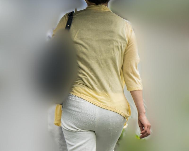 豊満過ぎです!大きなお尻をタイトな白パンでプリプリにしてる熟女!