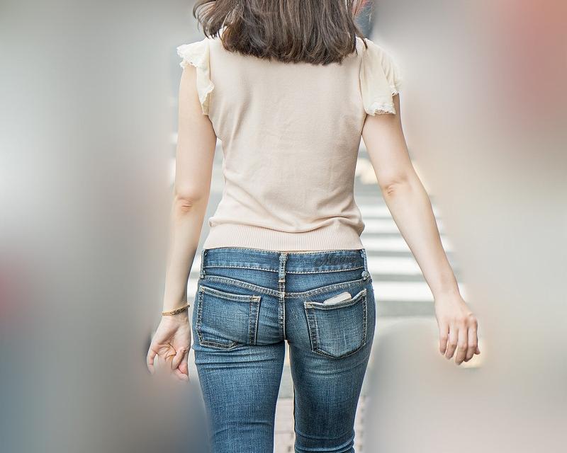 激エロの小尻!ローライズのスキニーデニムで桃尻をぷりぷりと揺らして歩く女子!