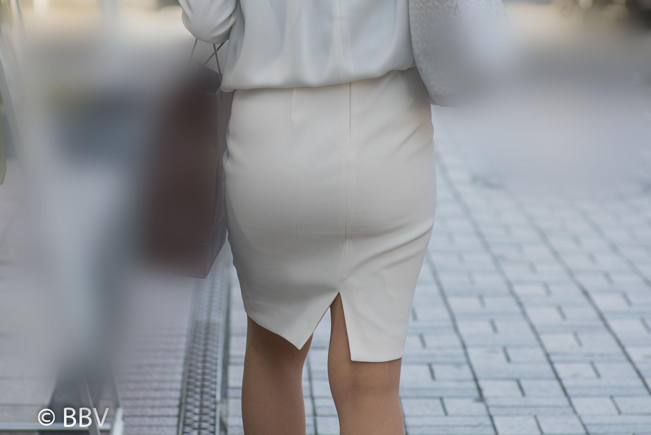 モチモチのお尻がエロい!白のタイトスカートのOLさん!