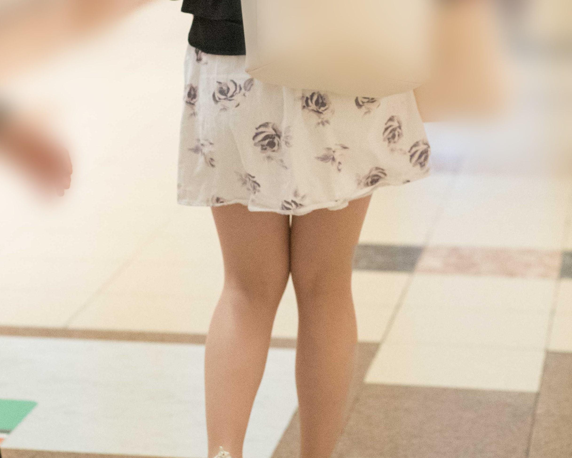 タイトじゃなくても十分エロい美脚のふわふわミニスカお嬢さん