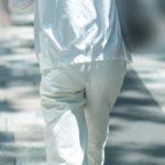 全身を白で包んだ上品なマダムが初夏の木漏れ日の下を歩くのが微エロ
