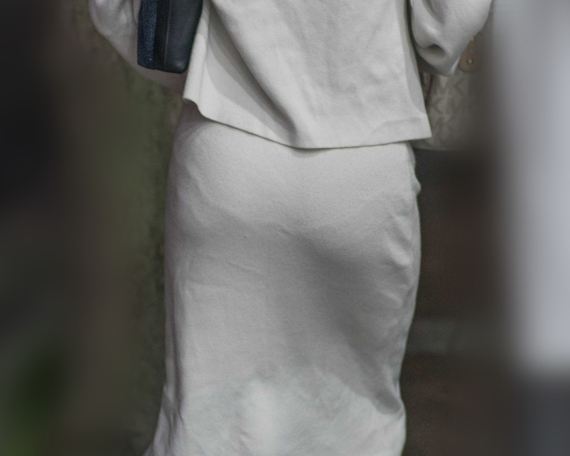 美尻にフリルのパンティーラインがエロすぎる白のタイトロングのお嬢さん!