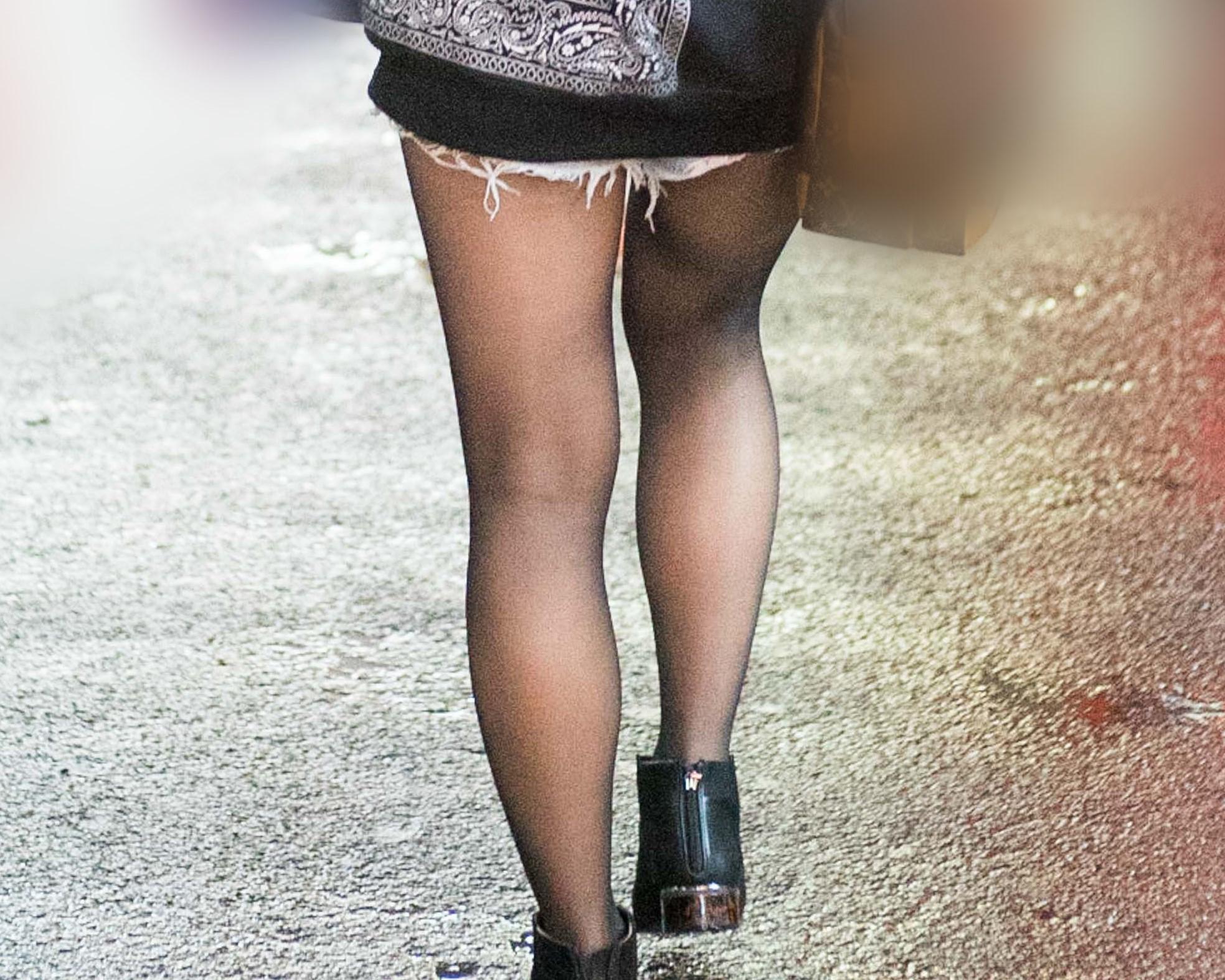 ホットパンツから延びる肉付きのいい黒スト脚が魅力のお嬢さん