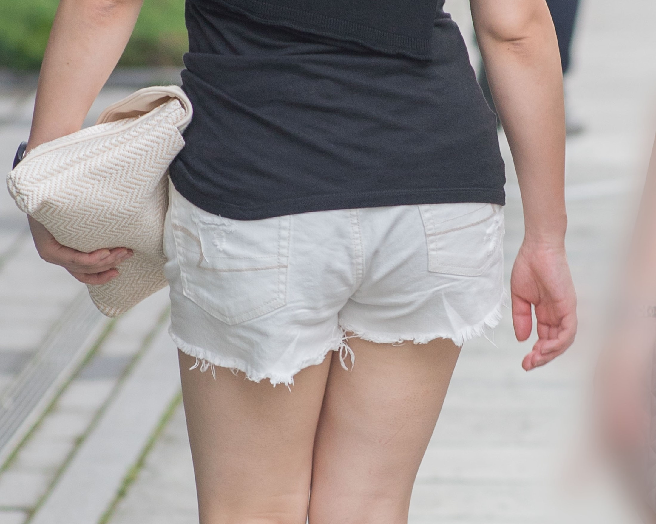 クビレも美脚もスゴイ!生足が激エロの白いホットパンツのお嬢さん