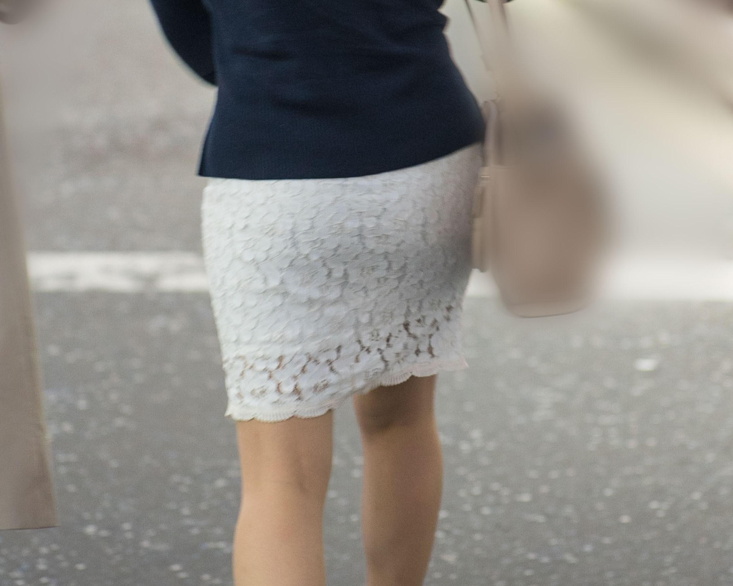 スタイルいいね! タイトな白のレースミニスカでプリケツ丸出しのお嬢さん!