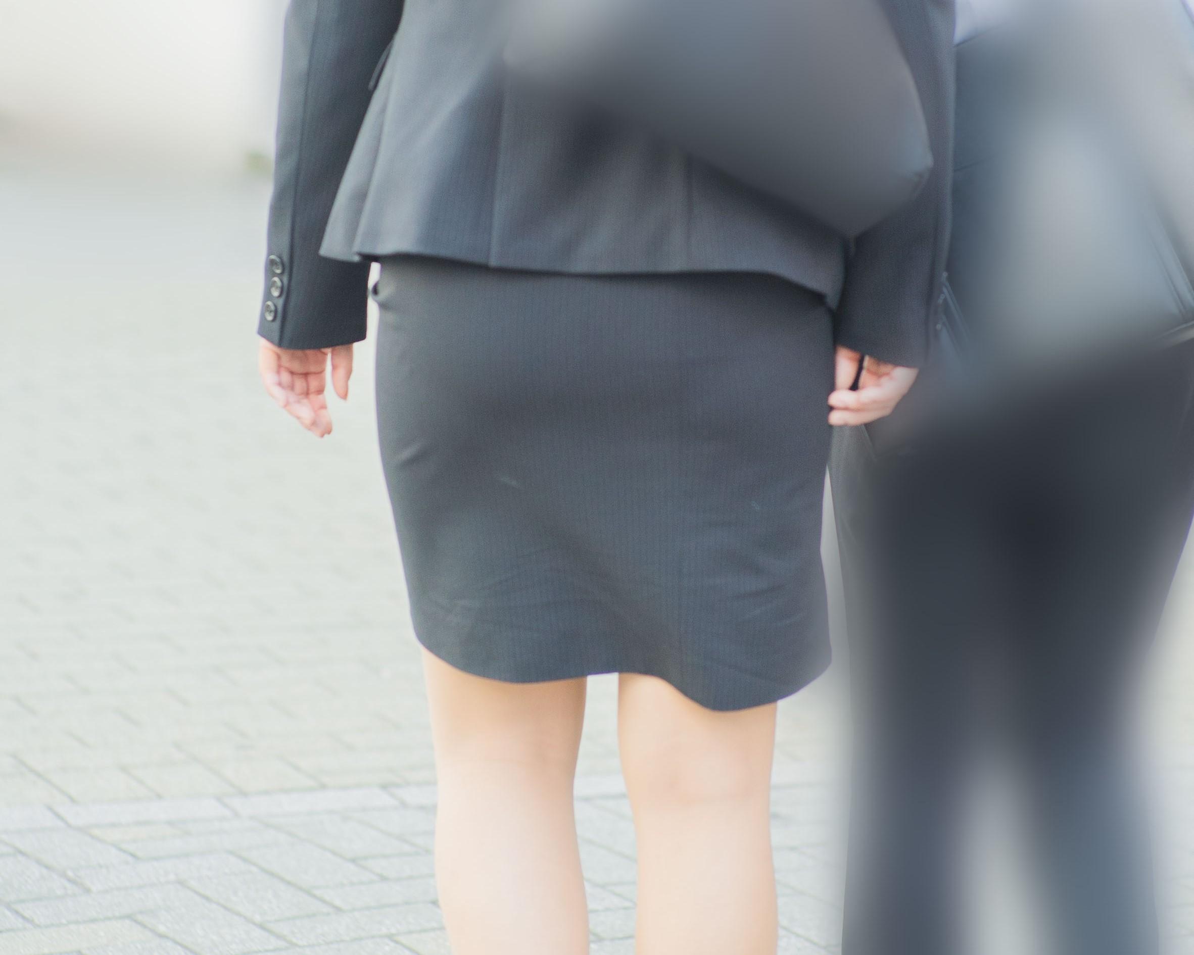 超絶エロい!美脚美尻のリクスーさん、タイスカのパンティーラインが丸見えです!