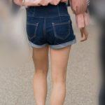 ムチムチ生足のホットパンツがそそるオフショルのお嬢さん!