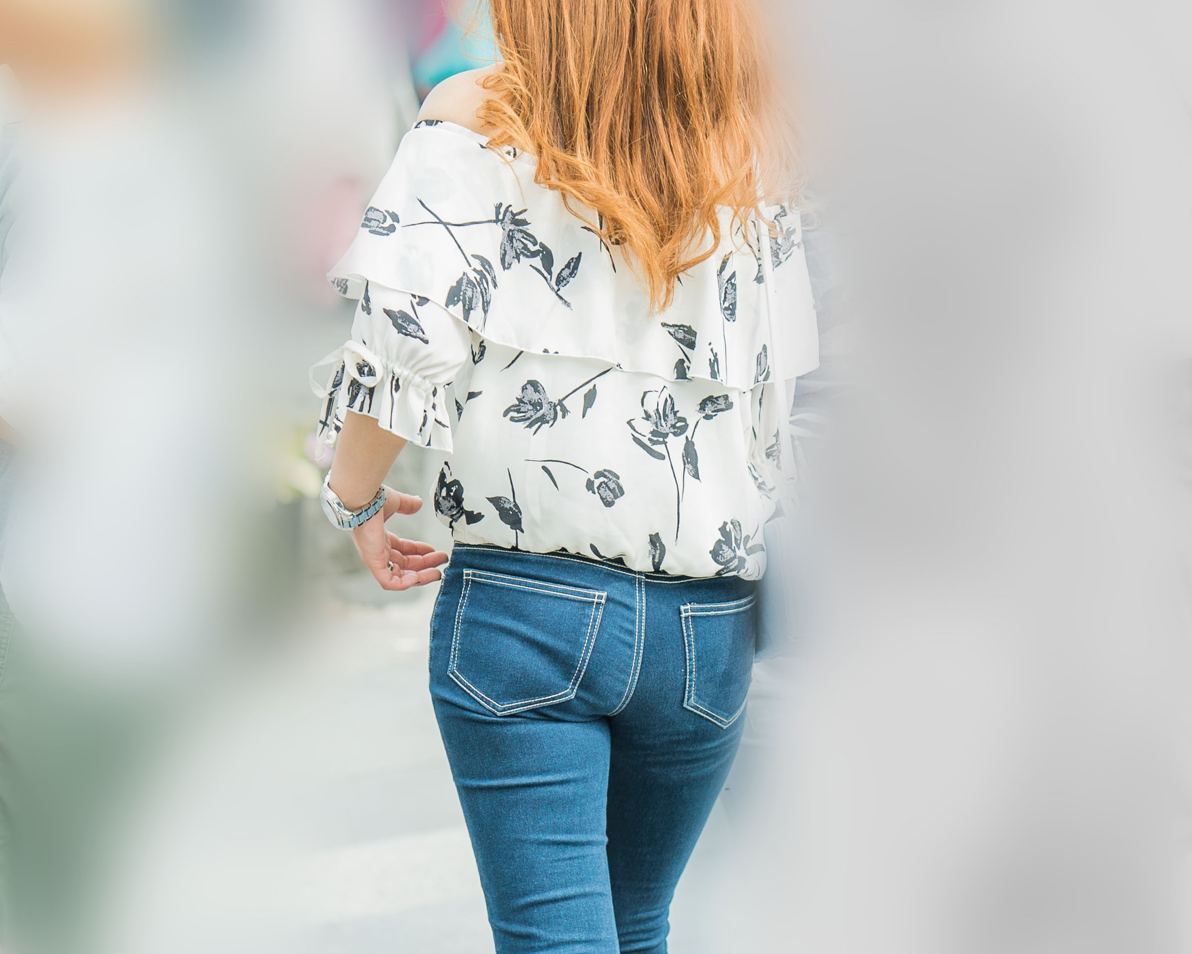食い込みパンティ!で魅了するオフショルも色っぽいタイトデニムの女の子!