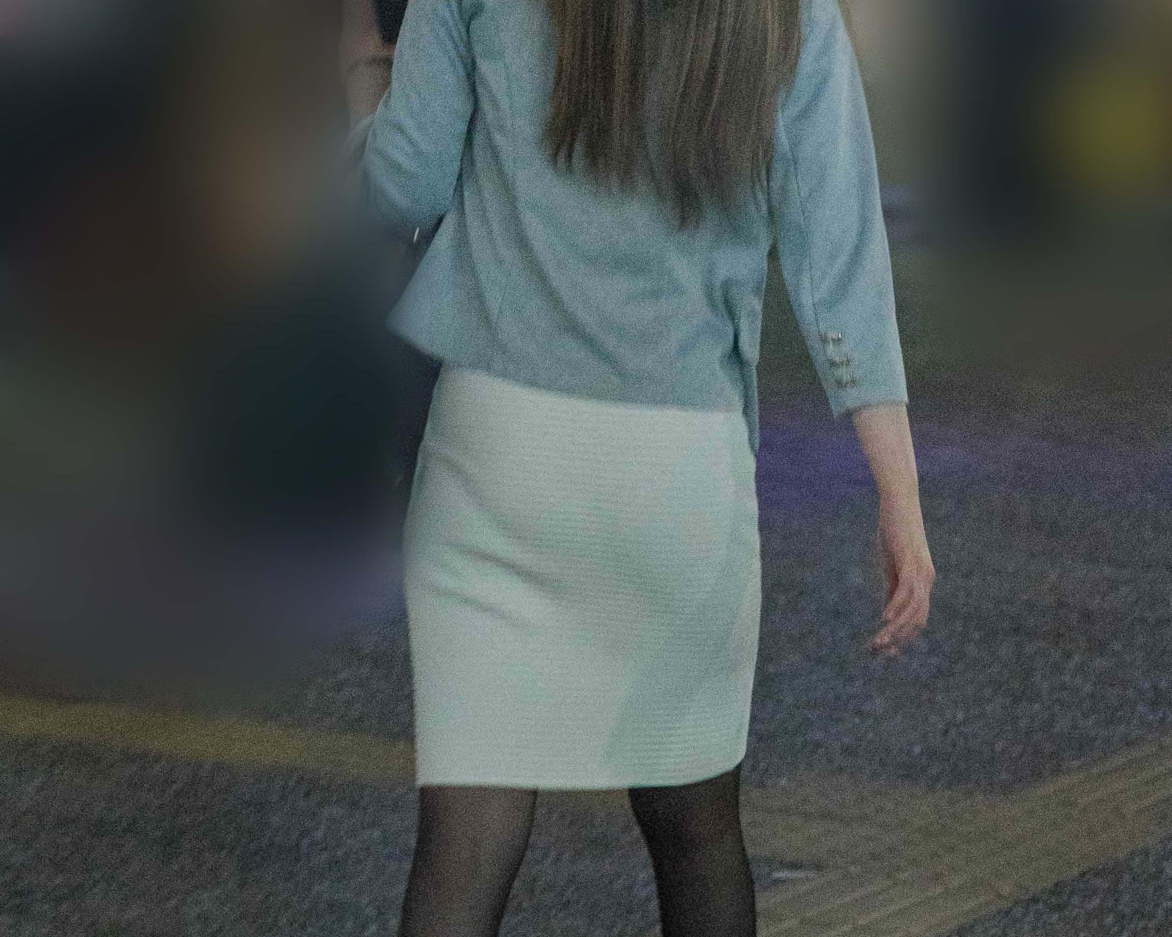 エロさにじみ出る黒ストにタイトスカートのパンティラインがたまらんOLさん!