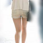 美尻をタイトなホットパンツでアピール!生足美脚のシルエットが最高に美しいお嬢さん!