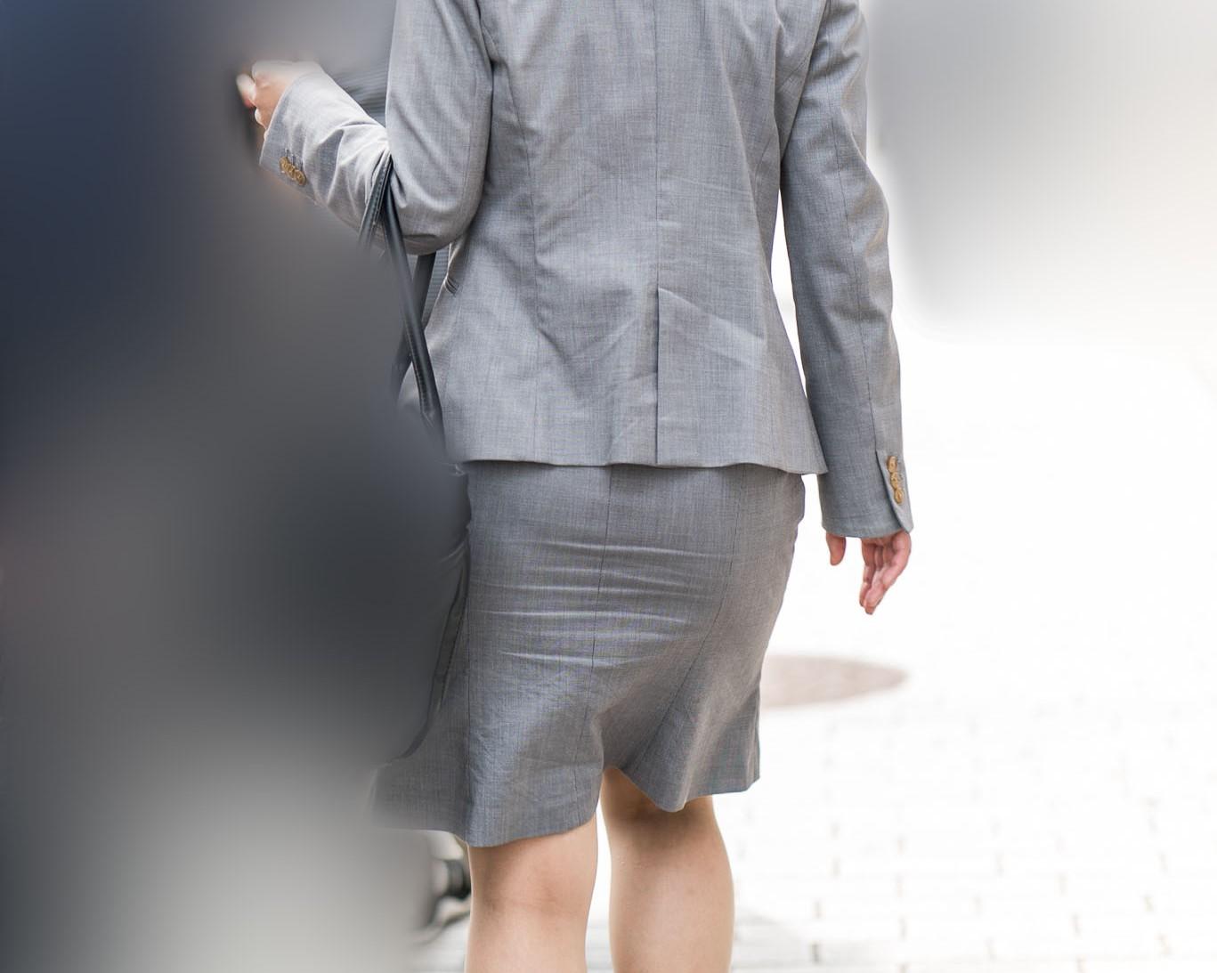タイスカナチュストOLさん!グレーのスーツに薄っすらパンティライン!