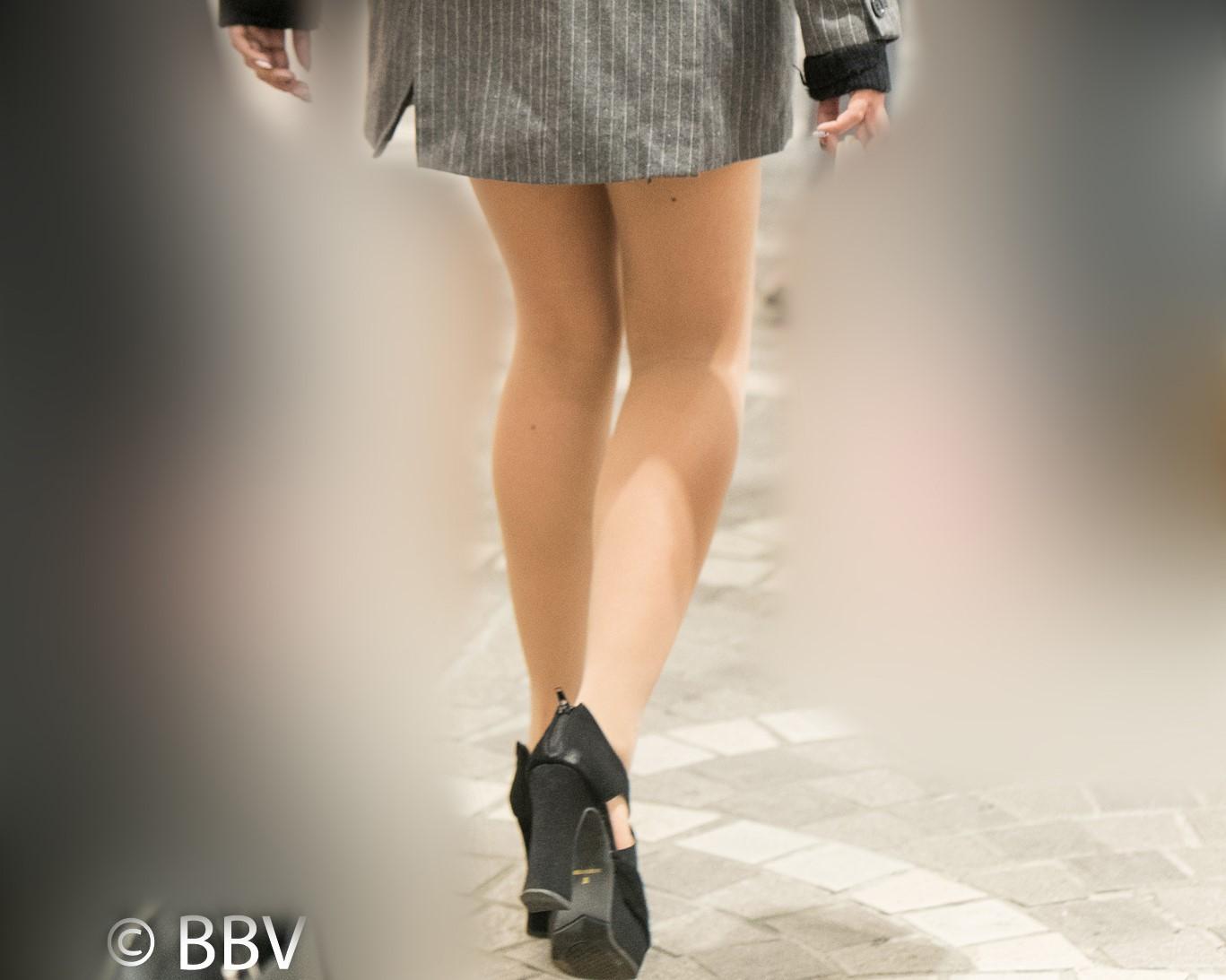 美脚自慢!ショートコートから覗くナチュスト脚が素晴らしいお嬢さん!