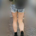 ムチムチのエロ生足!で男の視線を引き寄せるホットパンツのお姉さん!