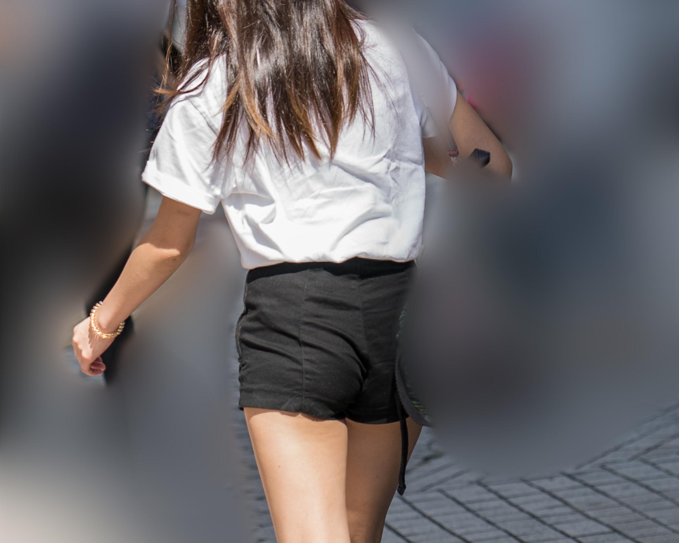 はみケツが嬉しい!恥じらう黒のホットパンツのお嬢さん!