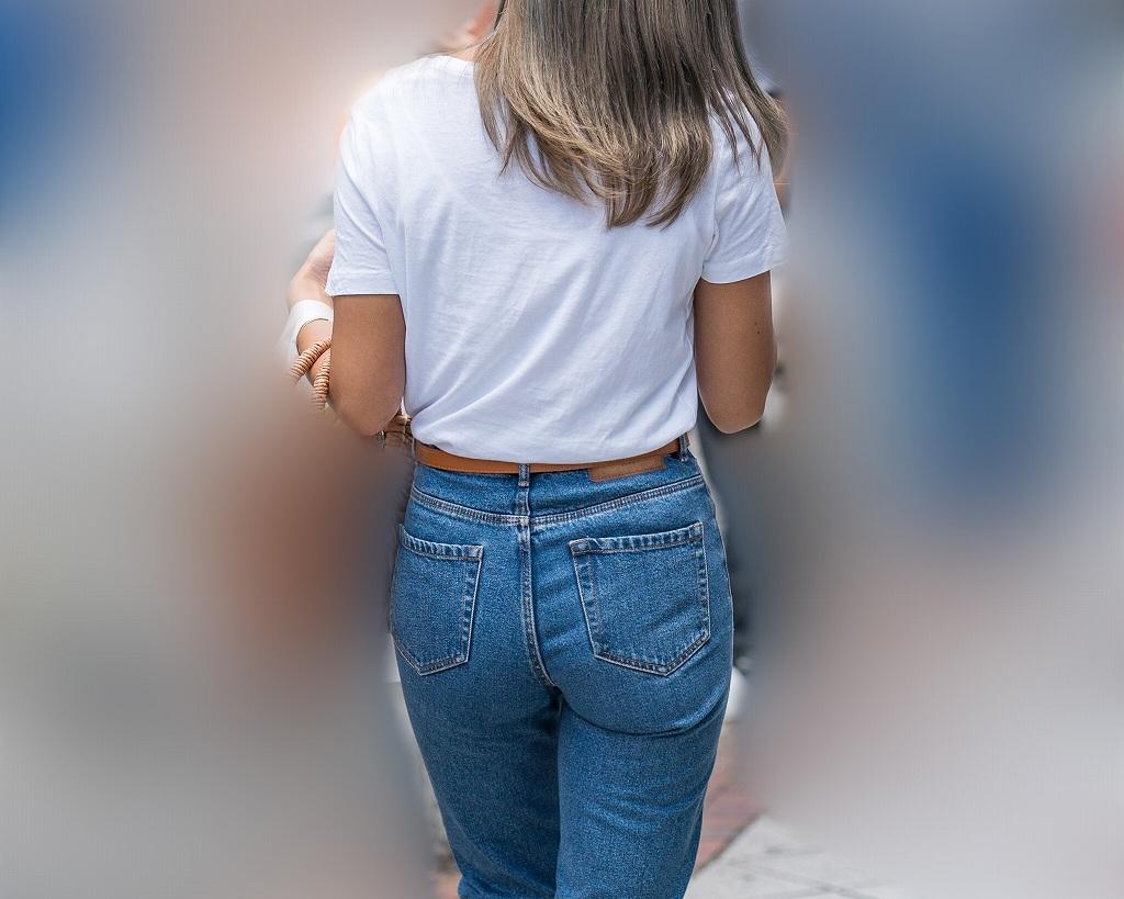 Tシャツイン!で豊満美尻を惜しげもなく見せつけるデニムのお嬢さん!