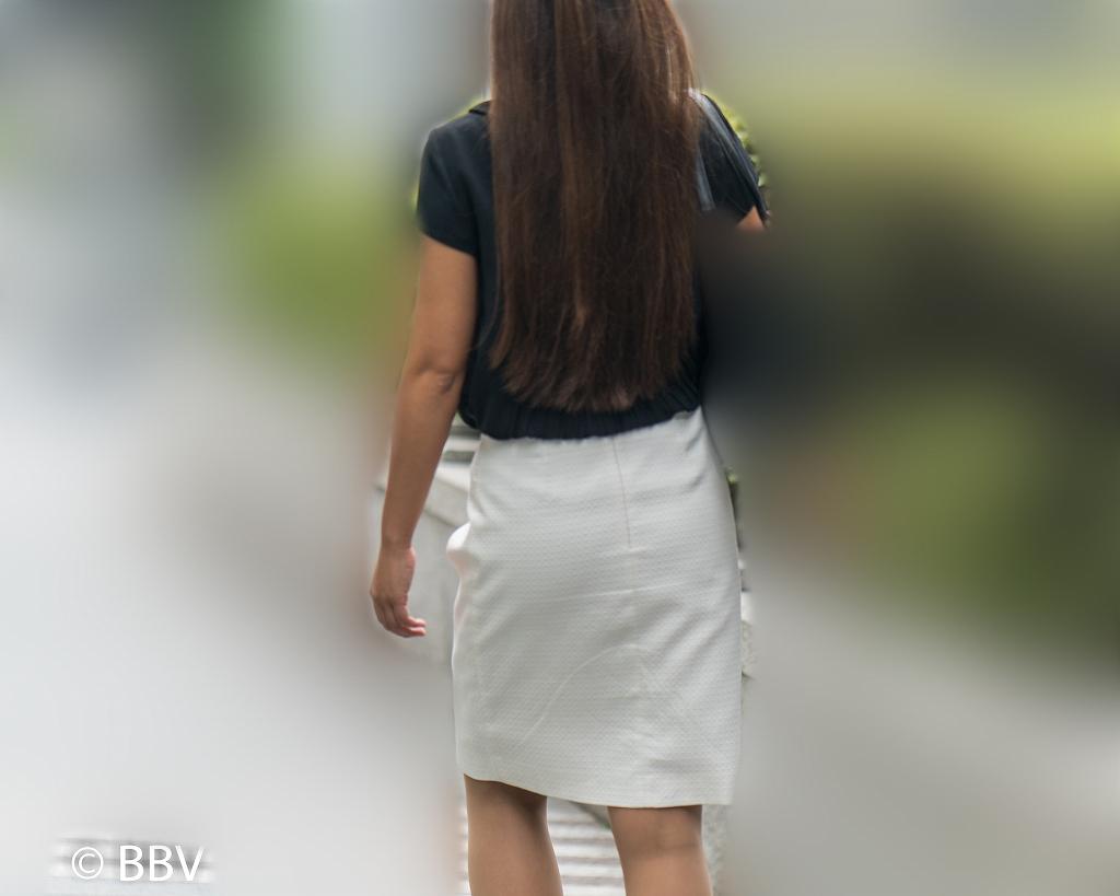 むっちり系熟女!白のタイトスカートにナチュスト脚が素敵なOLさん!