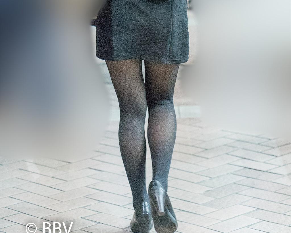 美脚レベル高い!網タイツがエロいマイクロミニのお嬢さん!