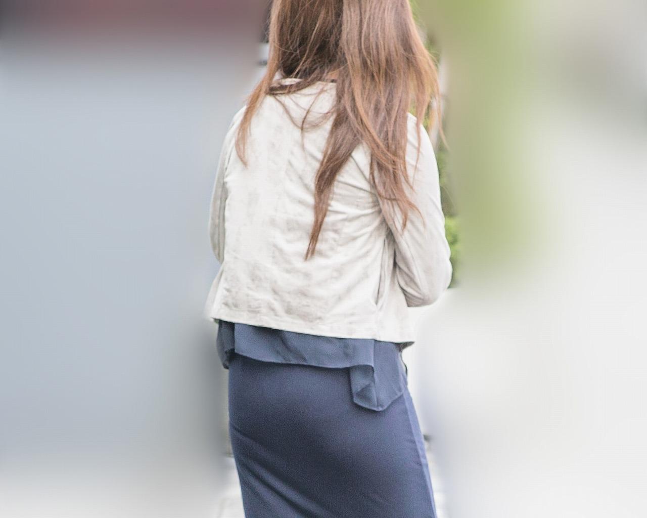 パンティ食い込み気味!な様子がエロいタイトスカートのお嬢さん!