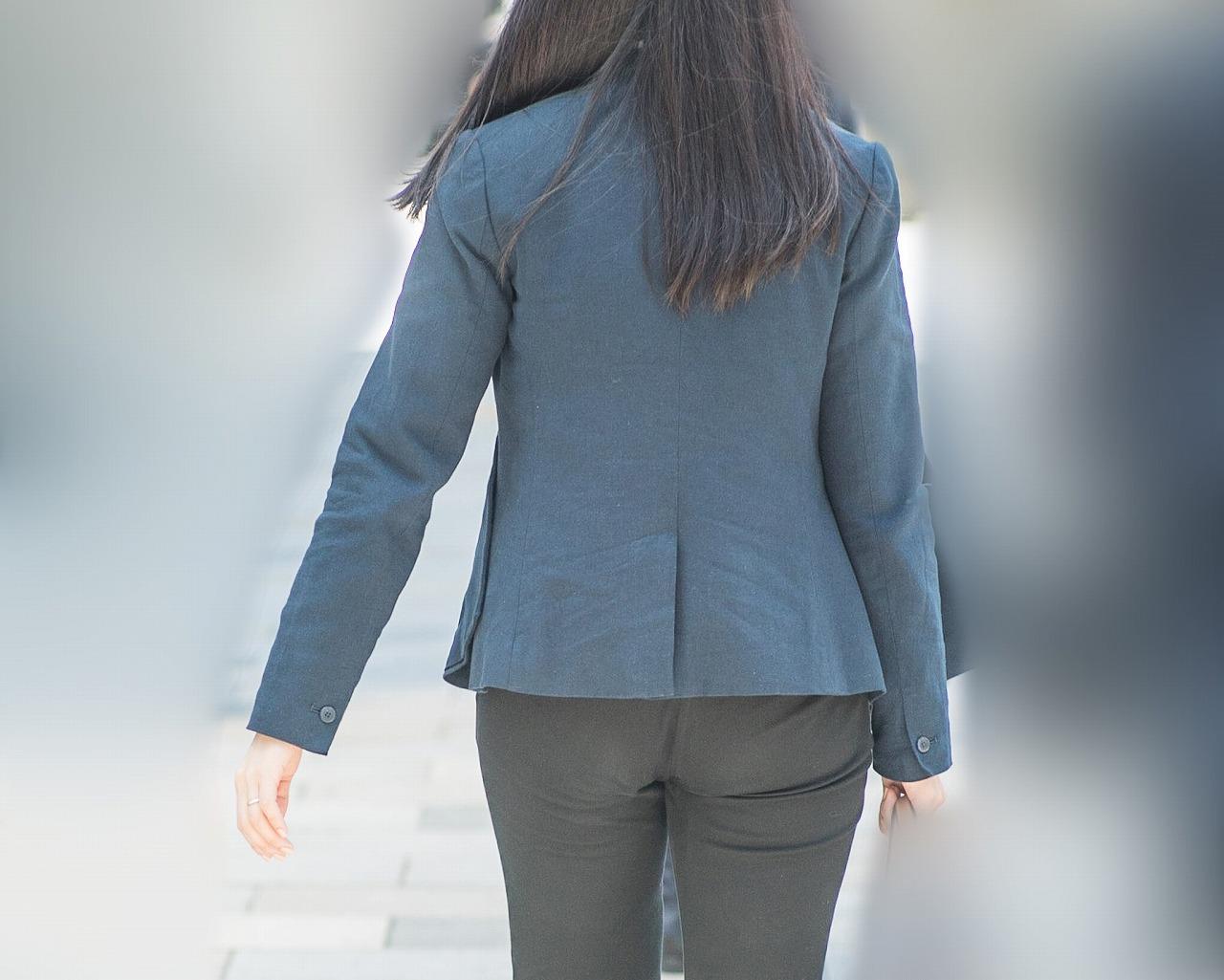 大きめプリケツ!を恥ずかしそうにジャケットで半分隠したお嬢さん!
