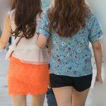 オレンジのミニスカがナイス!生足美脚のお嬢さんとホットパンツのお友達!