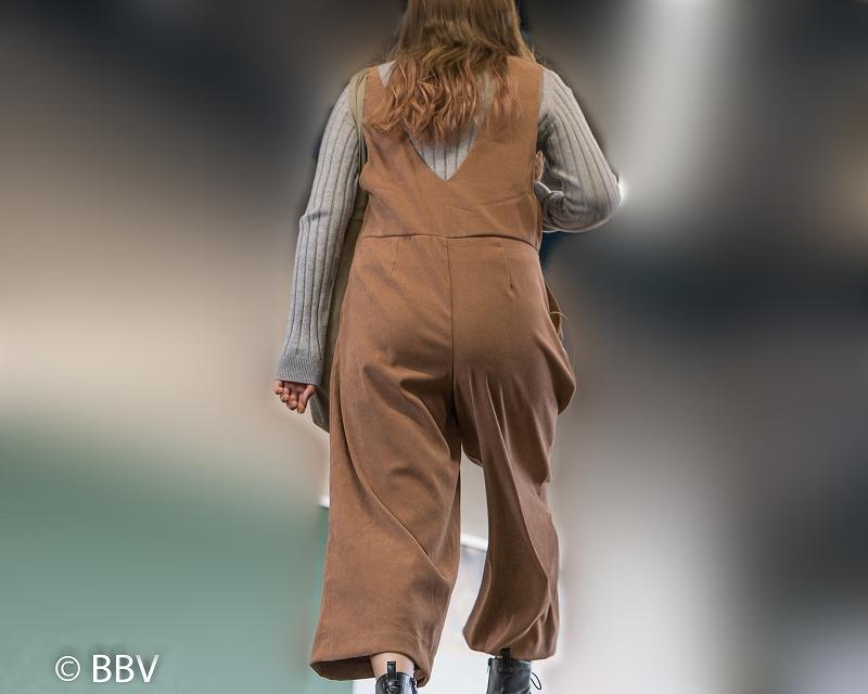 階段でのちょいパンティライン!ワイドパンツ女子のお尻見上げショット!