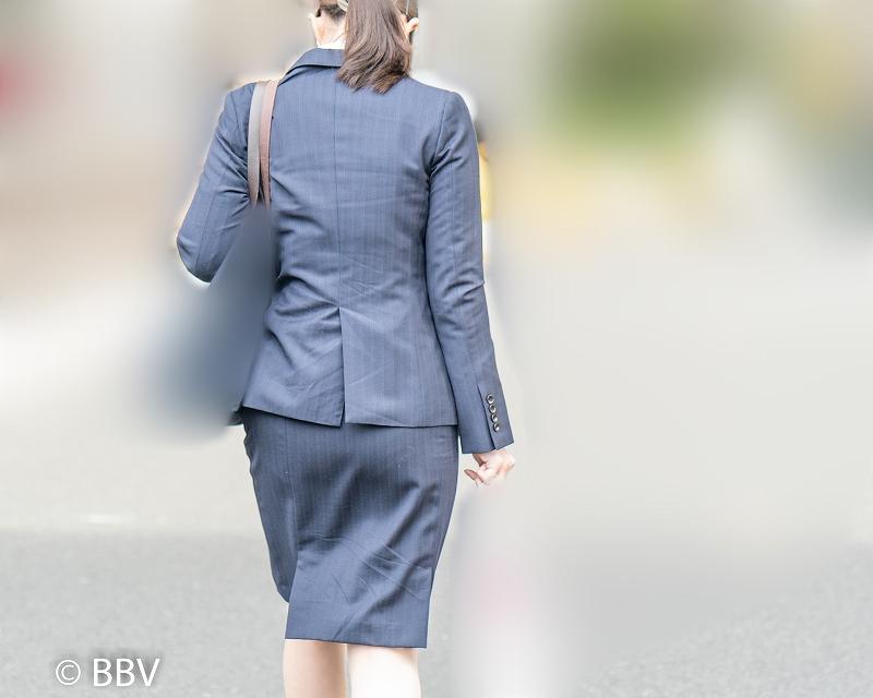 スタンダードな紺色スーツ!がソソる出勤中のOLさん!