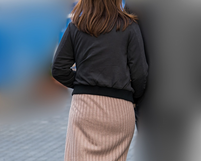 素敵な丸いお尻だ!ロングスカートで大きなお尻を包んだお嬢さん!