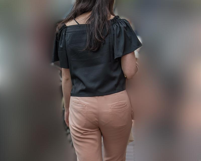 クロッチ丸見え!ピンクのパンツスタイルにV字パンティラインがエロ過ぎのお嬢さん!