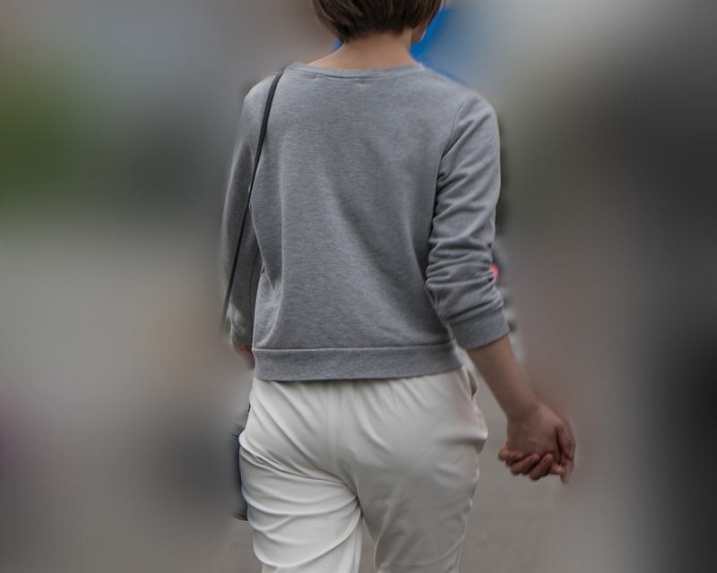 白のポケ無しパンツはイイネ!パンティラインが嬉しいショートヘア女子!