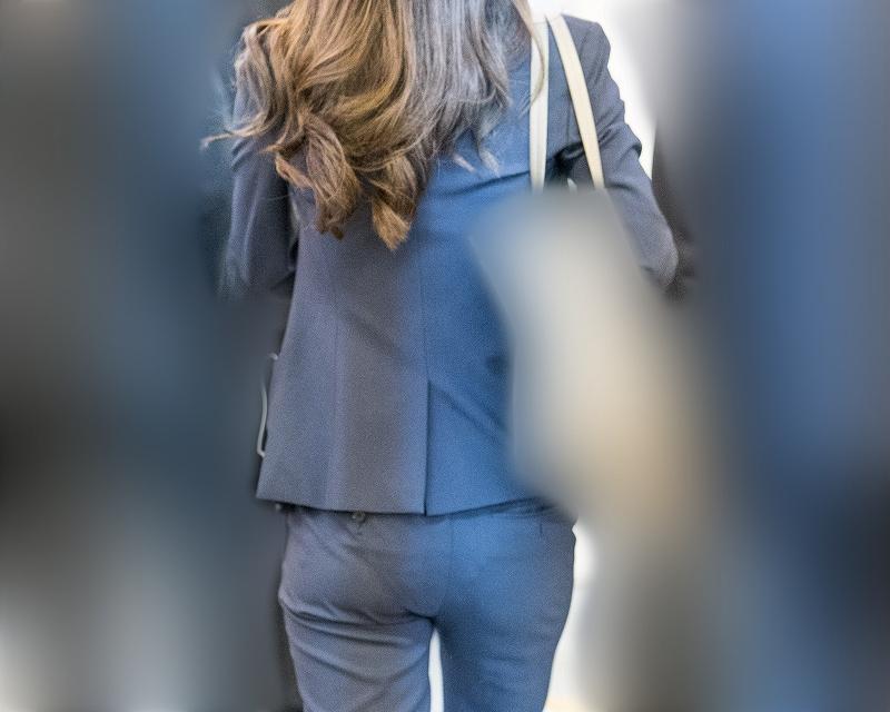 いいお尻にVライン!パンツスーツの美尻OLさん!
