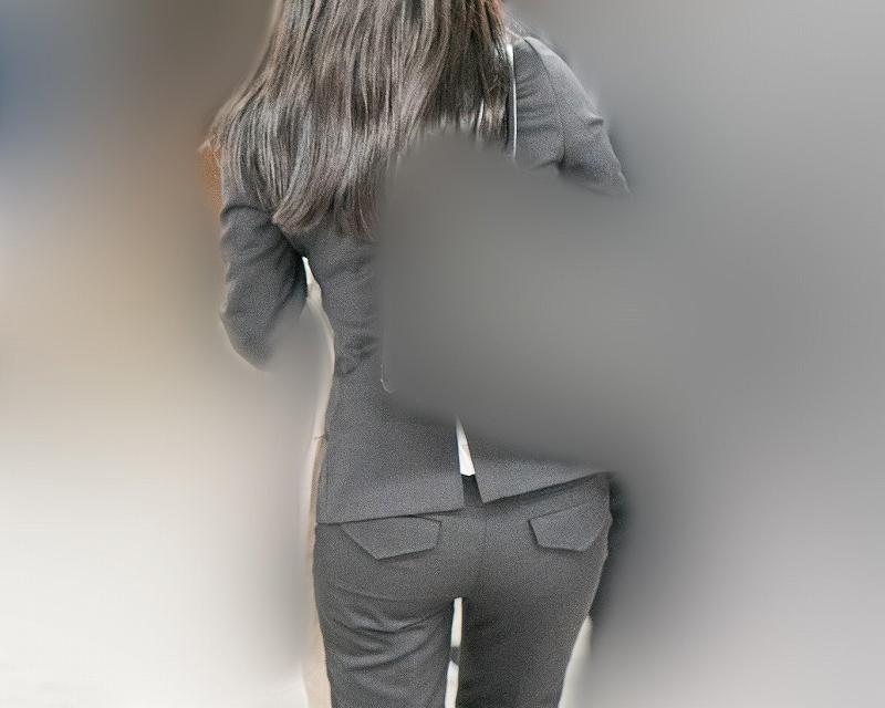 エロくてキュート!カタチのいい小尻を突き出し気味に歩くパンツスーツのOLさん!