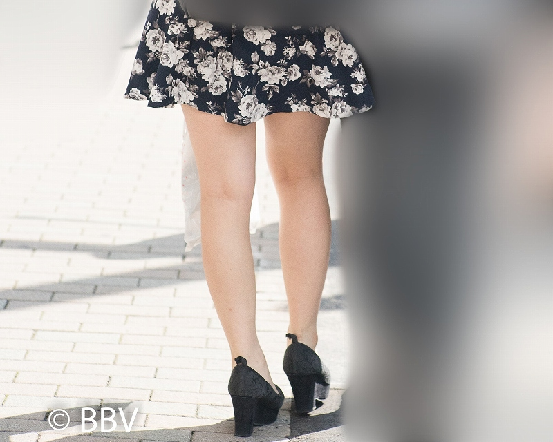 エロくてキレイなナマ脚!ふんわりミニスカの美脚が素敵な女子!