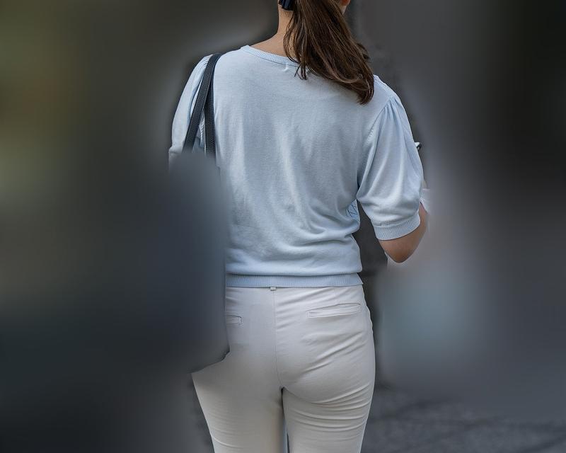 タイトな白パンは街歩き最高のご馳走!プリケツにパンティラインがエロ過ぎるOLさん!