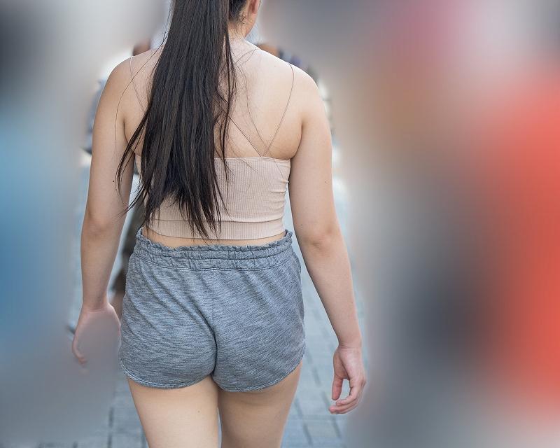 ムチムチバディ丸出し!柔らかな肌の肉感がたまらんホットパンツの女子!